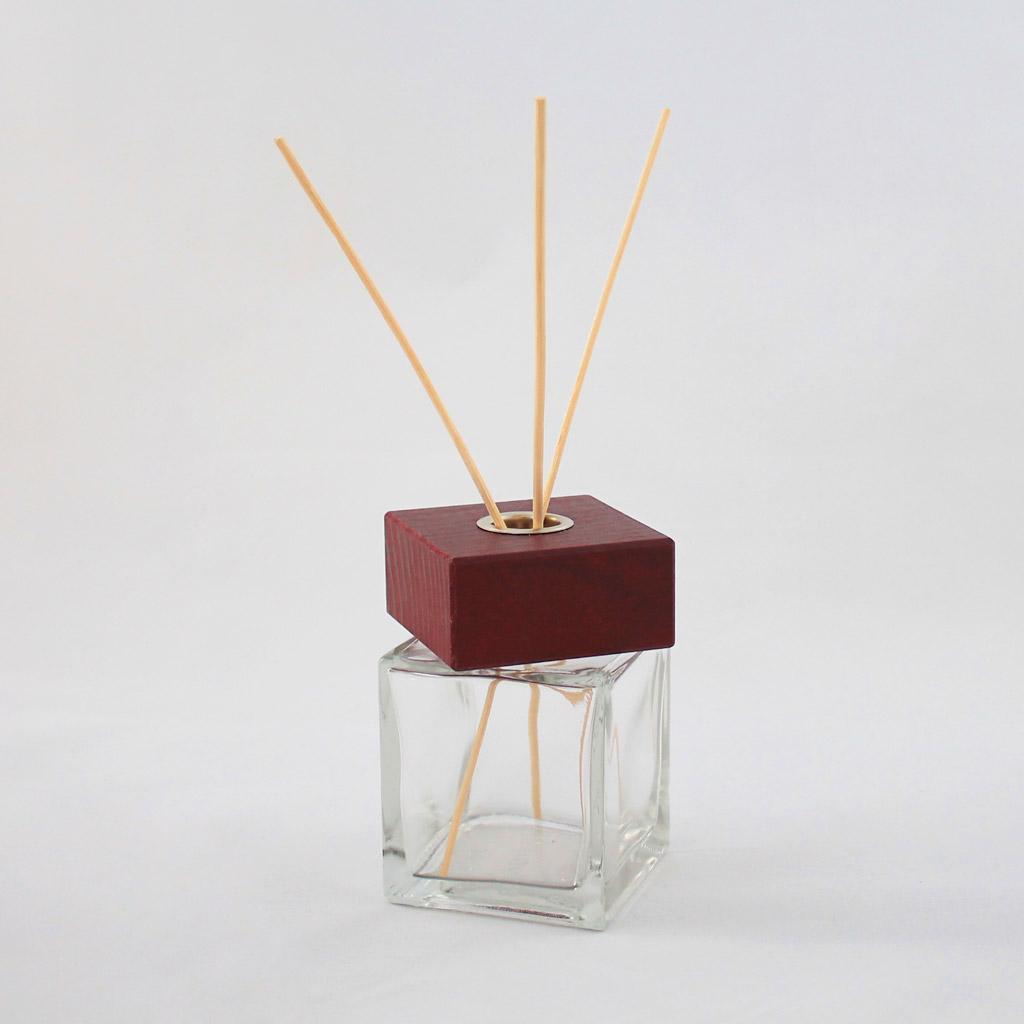 Tappo in legno quadrato marrone con bastoncini
